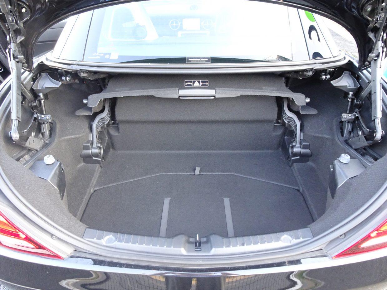 ルーフオープン時に、トランク内にルーフの収納スペースを自動で確保するオートトランクカバーを装備!トランク容量も充分に確保されています!