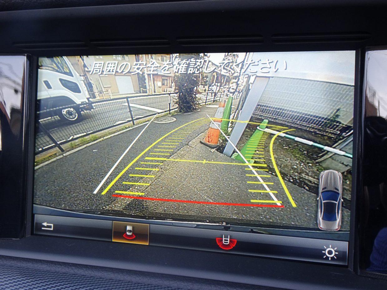 リバース操作に連動して、車両後方の映像をCOMANDディスプレイに表示するリアビューカメラ!