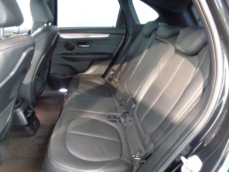 後席は足元も天井も十分なスペースがあり、快適に過ごせます!