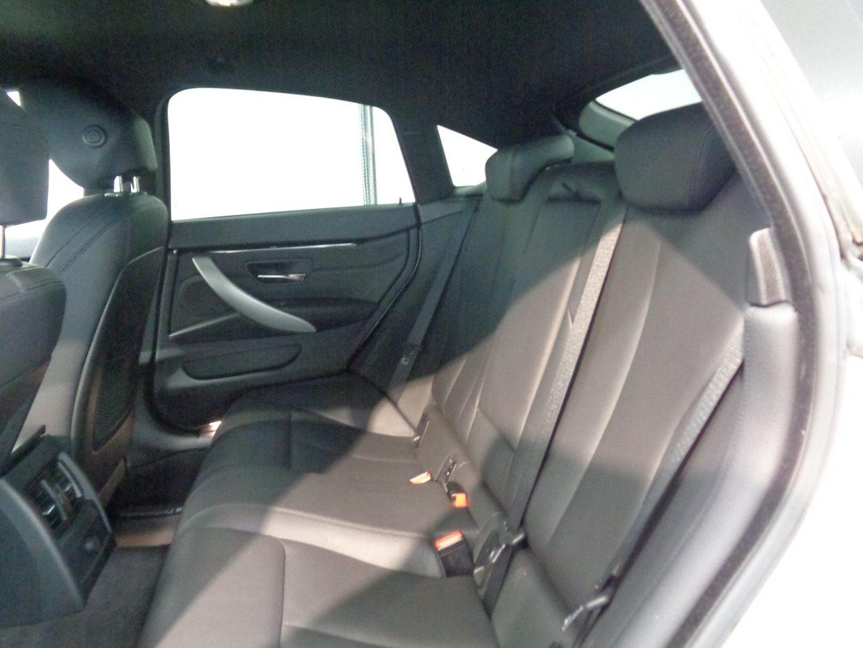後席の頭上部分にはくぼみが設けられ、男性が座っても頭がつかないよう配慮されています!