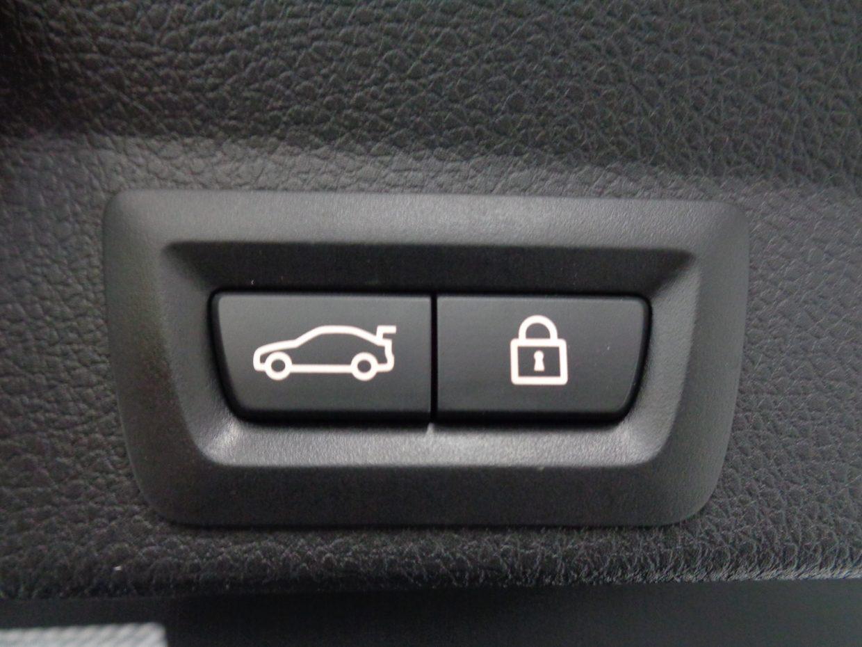 電動テールゲートはボタンまたは、リアバンパーの下に足を入れると自動的にオープン!両手が塞がっていても開くので便利です!