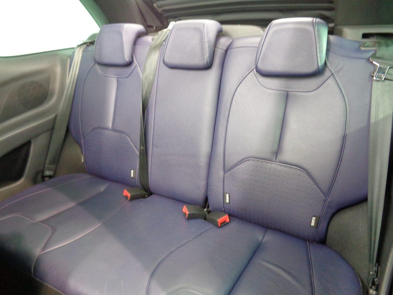 後席は3人掛けで、電動ソフトトップをフルオープンにすると開放的な空間が広がります!