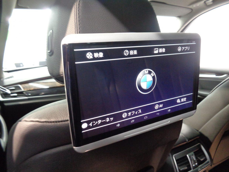 運転席、助手席のシートバックには、左右独立のディスプレイを装備!後部座席のお子様もDVDなどで楽しみながらドライブができます!