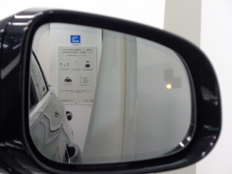 死角にいる車や急速に接近してくる車を検知すると、対応する側のドアミラーにある警告ライトで注意を促すブラインドスポット!