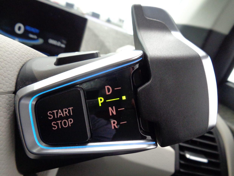 シフトセレクターと、EVシステムのスタート/ストップ・ボタンは、ステアリングコラムから突き出した操作エレメントにまとめて配置されています!