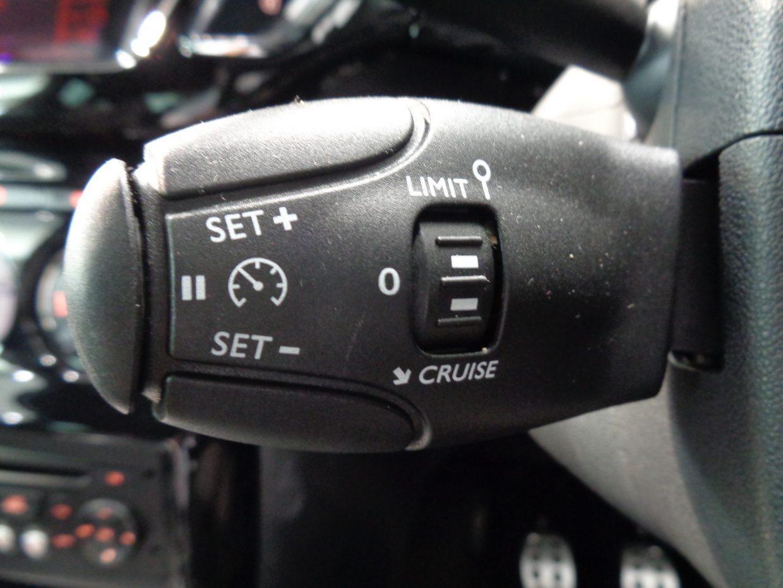 高速走行時に特に便利な、スピードリミッター付きクルーズコントロールを装備!