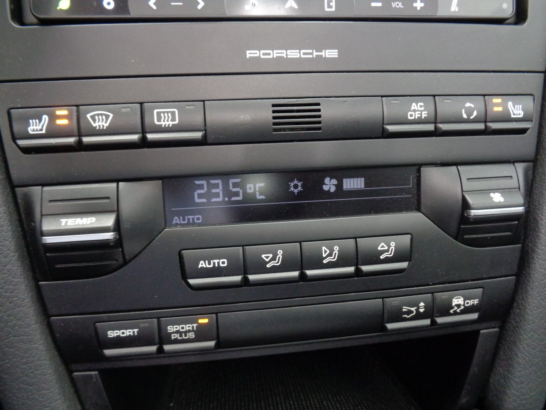 ひと目で分かる使いやすいコントロールスイッチ!暖房よりも早く暖まるシートヒーターは快適そのもの!