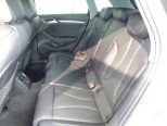 後席は広々としたスペースで、シート形状がよくゆったりと座れます!