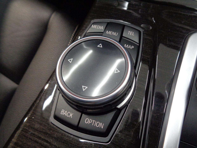プログラマブルボタンを装備し、感性で操作が可能なiDriveコントローラー!