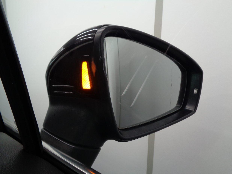 車線変更時などにドライバーの死角となる後方側面に車両を検知すると、ドライバーに注意を促す「ブラインドスポットディテクション」!