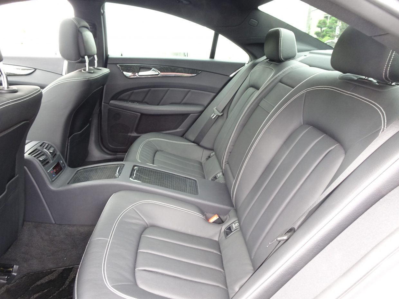 2名乗車専用の伸びやで贅沢な室内空間。ブラックレザーが落ち着いた大人の雰囲気です!