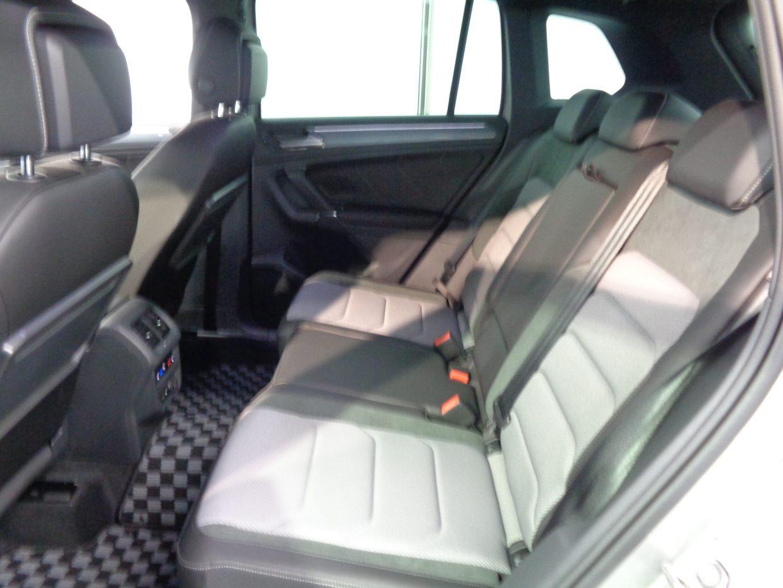リクライニング機能が備わるリアシート!トレー型のテーブルも備わります!