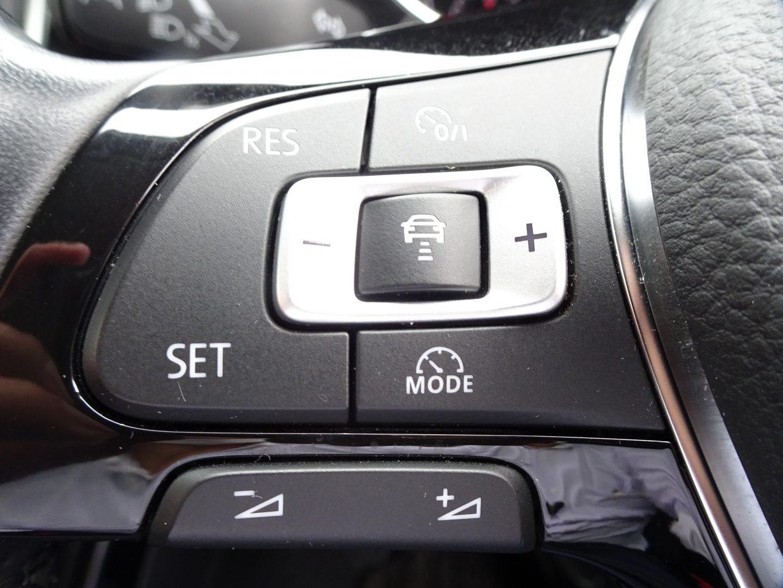 あらかじめ設定されたスピードを上限に自動で加減速を行い、安全な車間距離を常にキープしてくれるアダプティブクルーズコントロール(ACC)!