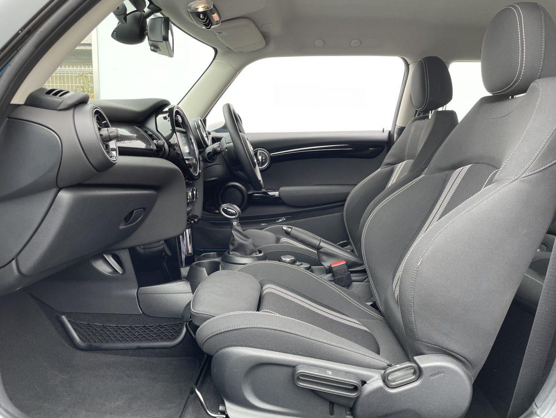 固めの座り心地でサポート性もよく、長時間乗ってても疲れにくい専用スポーツシート!