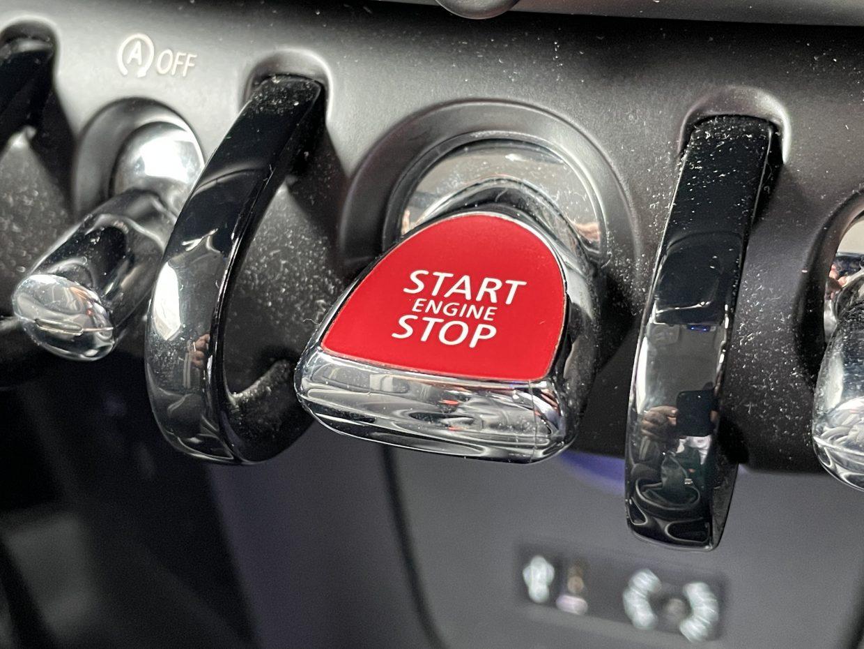 センターの赤いスイッチでエンジンスタート/ストップ!他、横滑りの解除やアイドルストップを停止させる機能も備わっています。