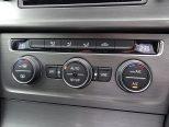 運転席/助手席独立調整で、自動内気循環機能付のフルオートエアコン!