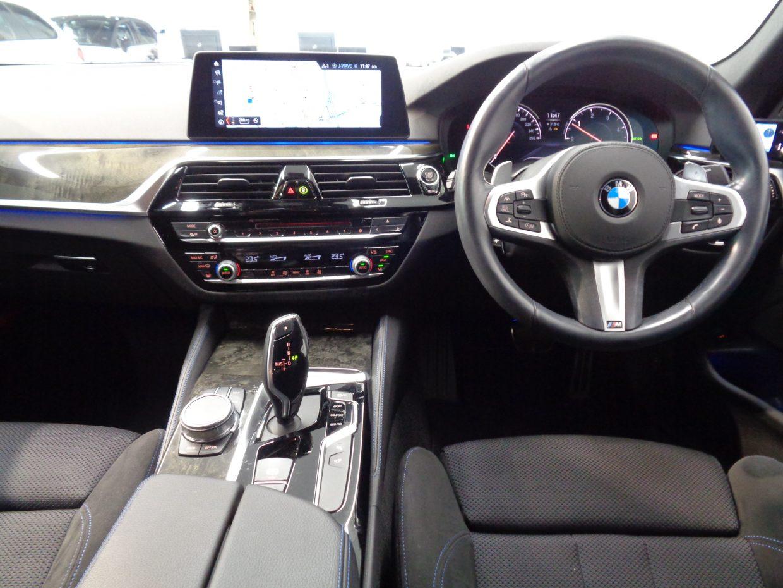 インパネはBMWらしい水平基調で、センターパネルが運転席に向けて傾けられています!