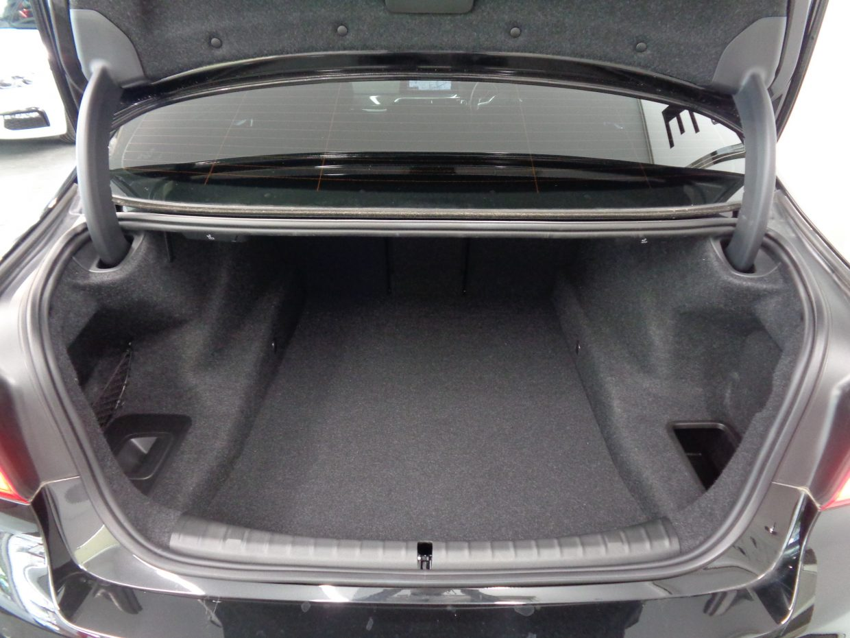 荷室容量は530リッターと十分なスペースが確保されています!電動トランク付き!