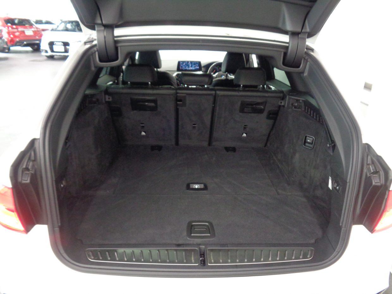 荷室容量は5人乗車時で570リッター、後席をたたんだ状態で1700リッター!電動テールゲート付き!