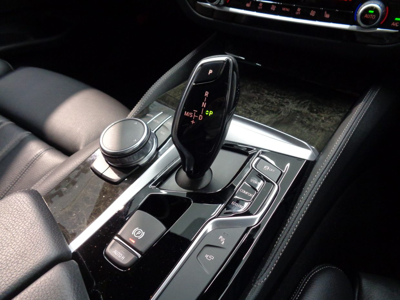 8速AT!シフトセレクターの脇には走行モードの切り替えスイッチが備わります!