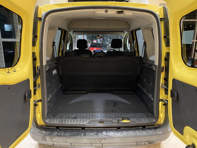 シートを倒さなくても十分な荷室スペースを確保。後席は6:4の分割可倒式!