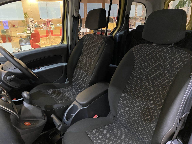 室内幅にはかなりの余裕が生まれ、後席には3人が楽に並んで座れ、3点式シートベルトや大型ヘッドレストはきちんと3人分を確保!