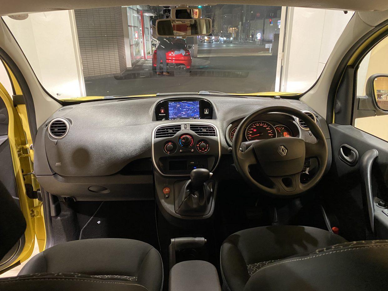 フランス車特有の座り心地を重視したシートで頭上高にかなりの余裕があり、窓も広く圧迫感は一切なし!