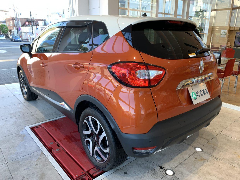 オレンジのボディとルーフカラー・ベージュの2トーン!スタイリッシュなデザインが存在感を放ちます!