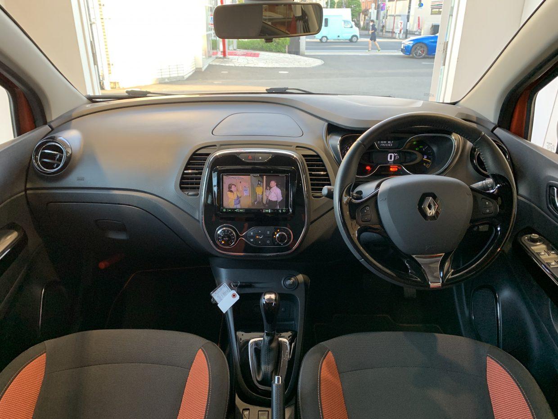フランス車らしいユーモラスで大人っぽい外観と楽しい内装デザイン!