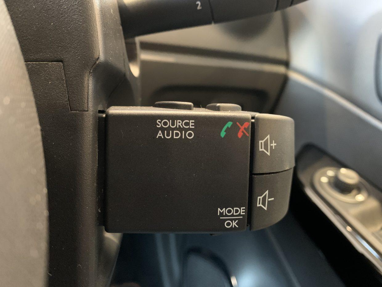 ハンドル操作をしながらオーディオ操作が可能です!