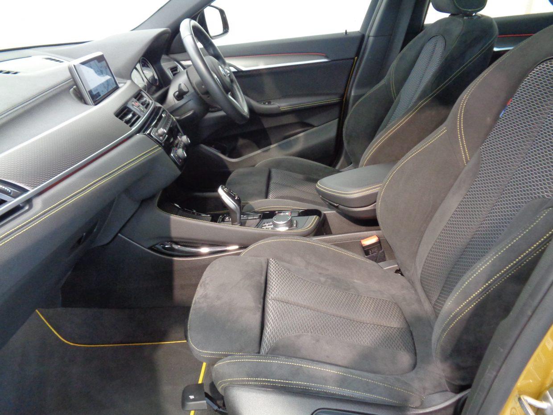 ファブリックとアルカンターラのコンビ素材を使用した「MスポーツX」専用スポーツシート!シートヒーター付きです!