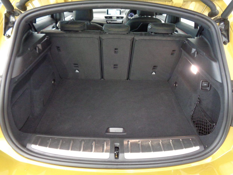 荷室の容量は470リッター!リアバンパー下に足をかざして、ハンズフリーでテールゲートの開閉が可能です!