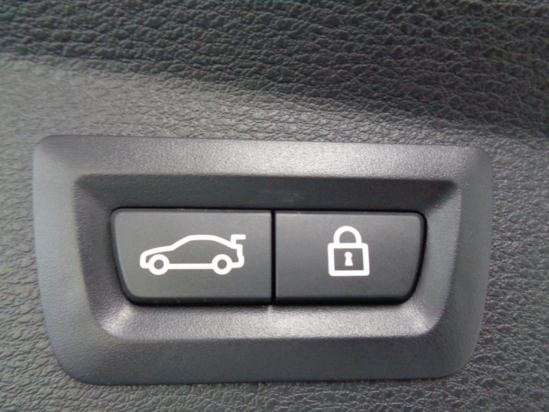 テールゲートはリモートコントロールキーの操作、テールゲート先端のボタン、リアバンパー下に足をかざすことで開閉が可能!