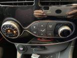 ダイヤル式のオートエアコンで、温度の数字や風量なども示されるので操作がし易くこちらも運転に集中出来ます!