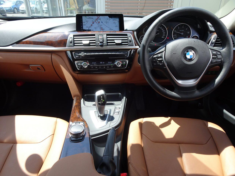 運転席側にわずかに傾けられたドライビング重視のコンソール!