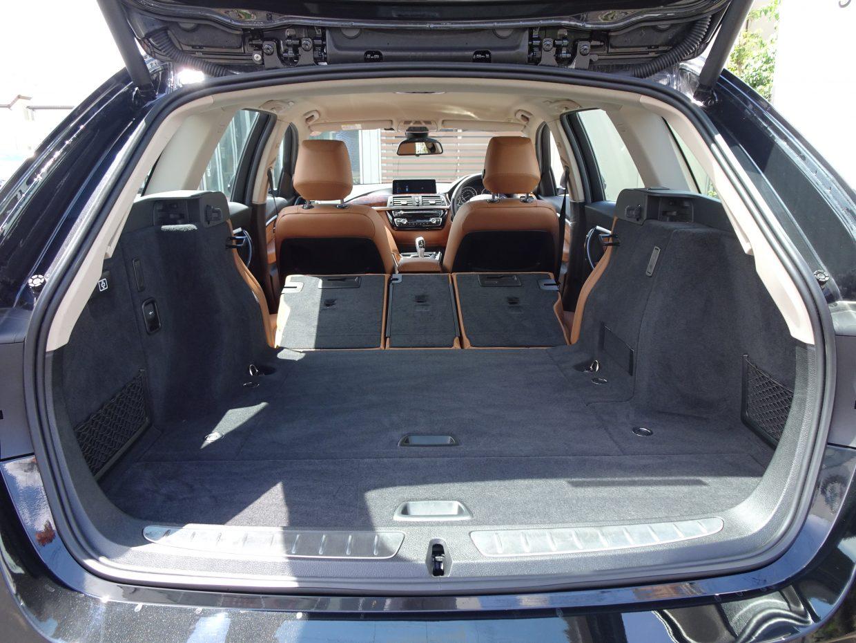 後席のバックレストを分割で倒すことができ、大きな荷物の収納にも対応可能!