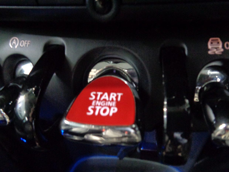 センターの赤いスイッチでエンジンスタート/ストップ!