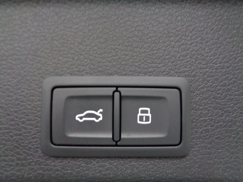 電動テールゲート付き!右側を押すと、テールゲートが閉まると同時にドアロックされます!