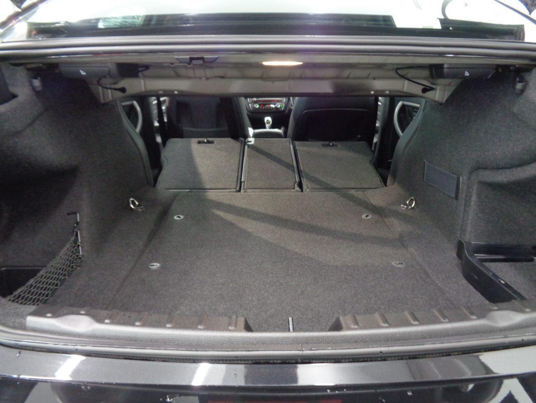 後席のバックレストを分割で倒すことができるため、大きな荷物の収納にも対応可能!