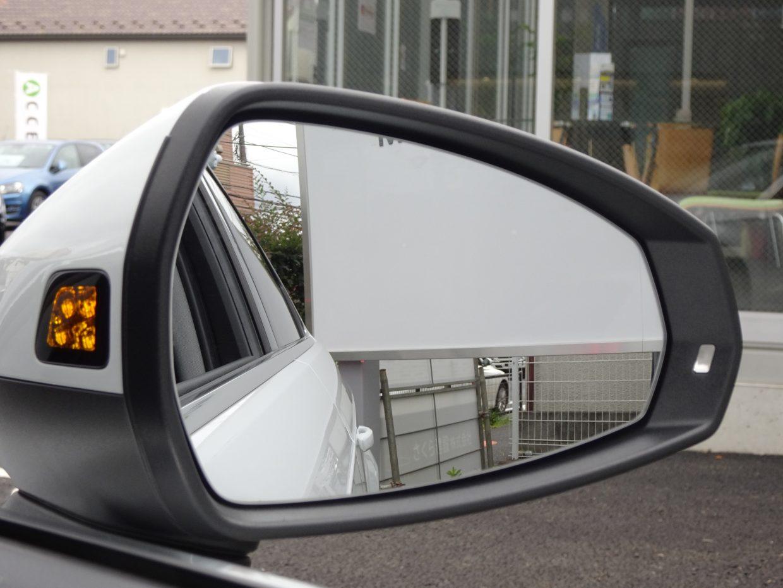 死角を走行する車両があると、ライトを点滅させて注意を促すサイドアシスト!