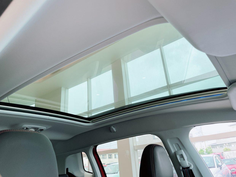 パノラマガラスルーフを装備!電動サンシェード付きで、夏場でも車内が暑くなることはありません!