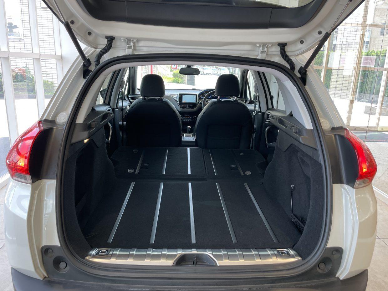 セカンドシートを倒せば、大きな荷物も簡単に乗せることが可能です!