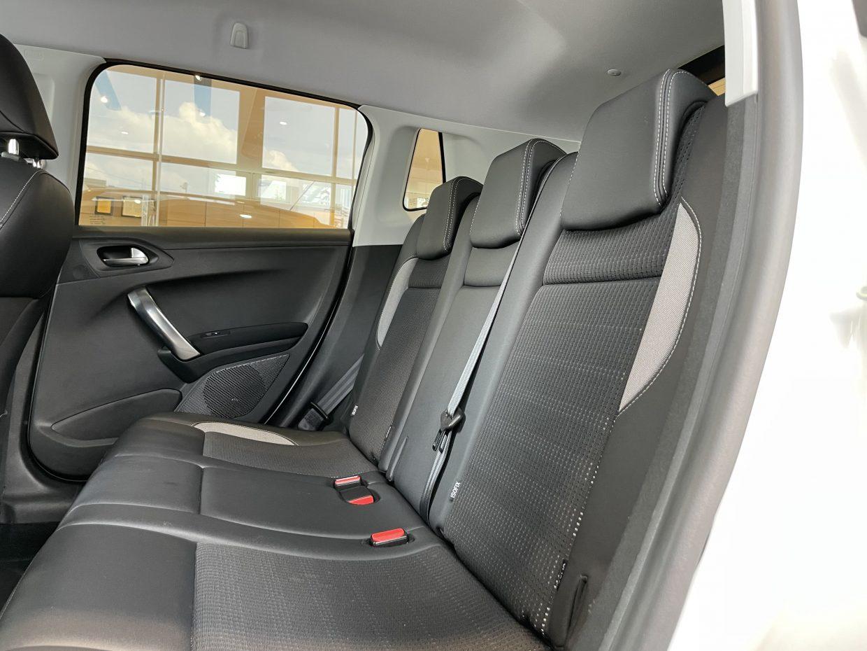 セカンドシートは大人二人が乗っても十分なスペースが確保されております!