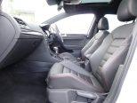 GTI専用のチェック柄スポーツシート!ハードなブレーキング時に身体にかかる前後Gを支えてくれる絶妙な座面傾斜角!