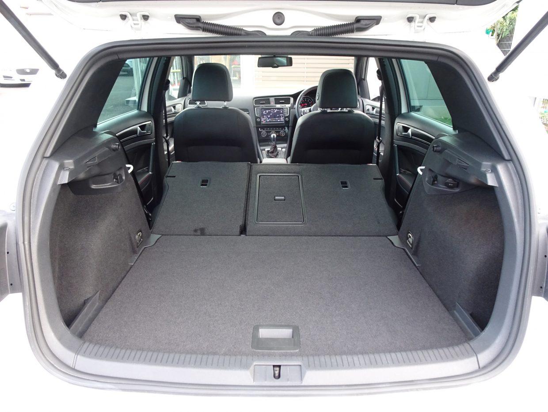 後席の背もたれを倒すことで、さらに広い空間が確保できます!