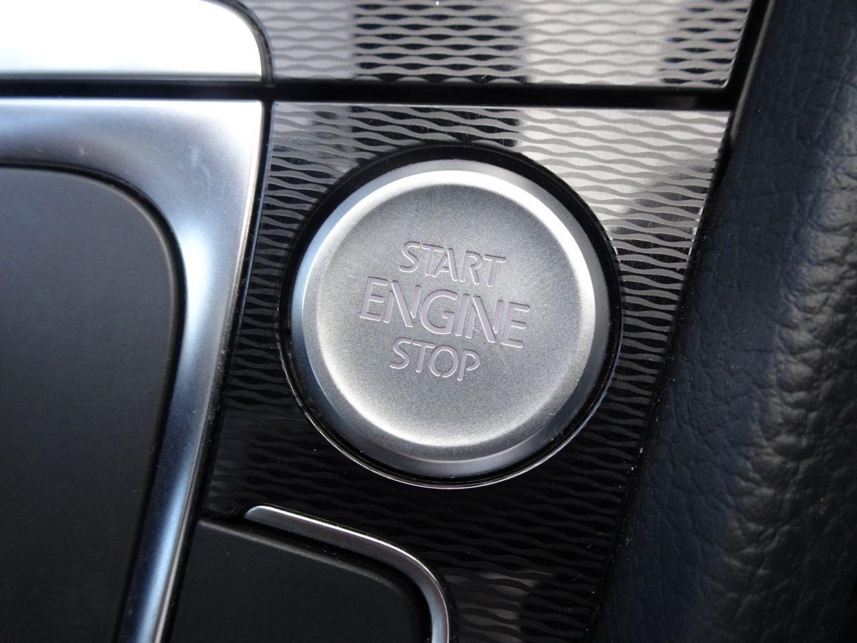キーを操作することなくドアロックの作動・解除や、スタートボタンを押すだけでエンジンの始動・停止が可能なスマートエントリー&スタートシステム!