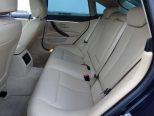 人間工学的にデザインされた後席用シートはロングドライブで疲れを感じさせないシート設計!