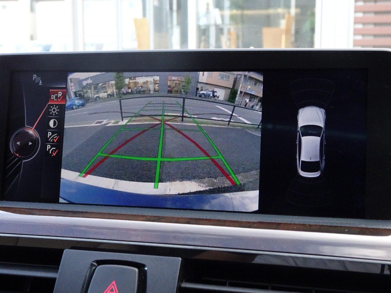 PDCとバックカメラで車両の後方にある障害物までの距離を信号音とビジュアル表示で知らせます!
