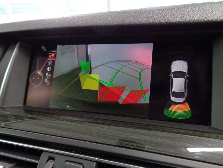 PDCとバックカメラが連動して車両の後方にある障害物までの距離を信号音とビジュアル表示で知らせます!