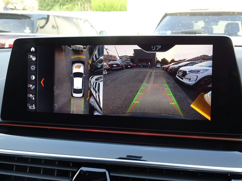 真上からの視点で駐車をアシストするトップビューカメラが装備されています!